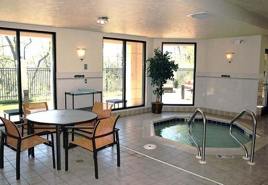 Courtyard by Marriott Traverse City: Indoor Spa