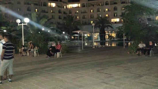 El Mouradi El Menzah: hotel di sera terrazza spettacolo