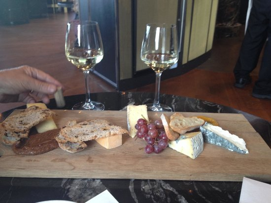 Fairmont Le Chateau Frontenac: Wine & cheese tray
