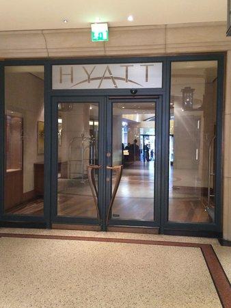 Park Hyatt Hamburg: Hoteleingang im Levantehaus