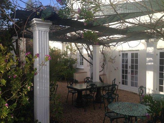 La Fontaine Guest House: terras aan de achterzijde