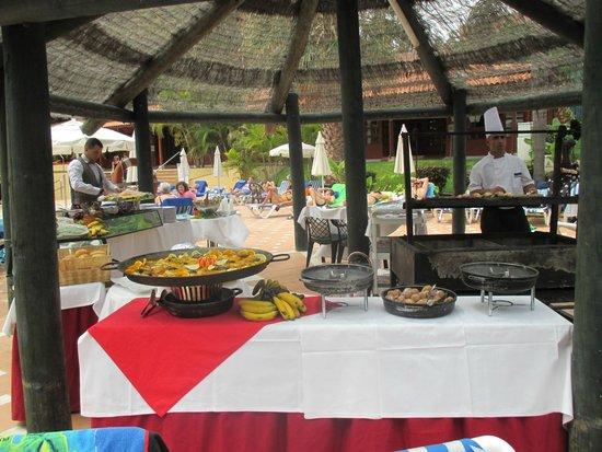 Sunlight Bahia Principe San Felipe: Repas offert le 15 aout autour de la piscine!