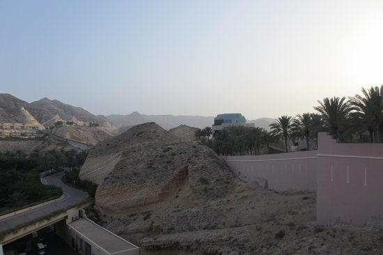 Shangri-La Al Husn Resort & Spa: Rock is incorporated into the hotel structure