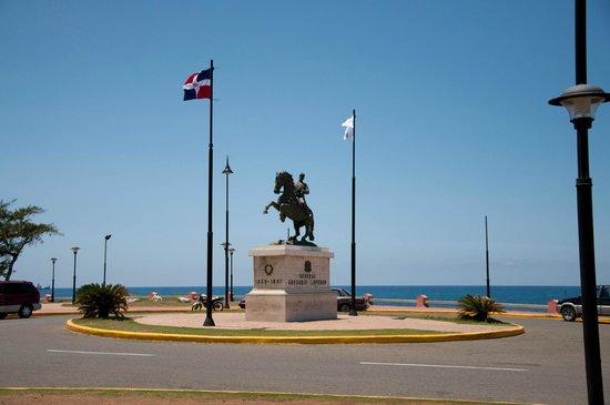 Fort San Felipe: памятник возле крепости