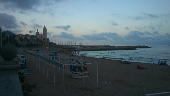La Playa de Sitges: playa y vista parròquia de Sitges