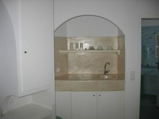 Villa Vergina: Sink, refrigerator, wine glasses were provided.