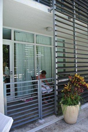 Kimpton Angler's Hotel: Außenbereich Eingang Zimmer / Poolbereich