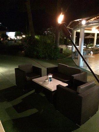Prinsotel La Dorada: zona chill-out por la noche. los mejores cocktails y GinTonic