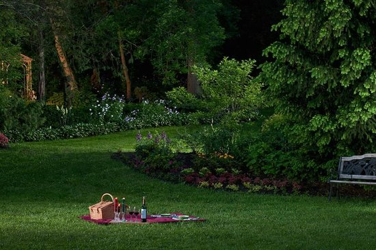 The Inn at Irish Hollow: Wine and Cheese on the Lawn