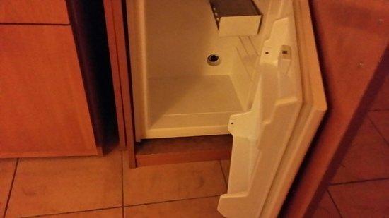 El Mouradi Club Kantaoui: No power to fridge. Seal around door missing.