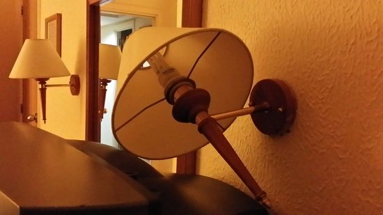 El Mouradi Club Kantaoui: Lamp hanging off the wall.