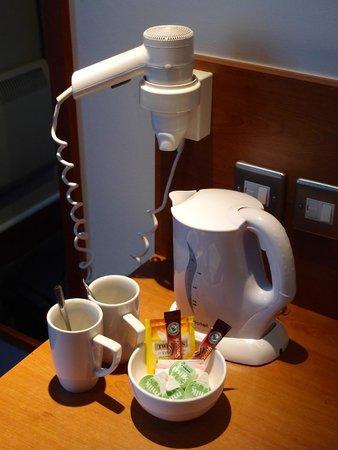 Premier Inn Edinburgh Central (Lauriston Place) Hotel: Tea and coffee making facilities