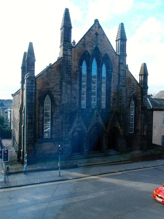 Premier Inn Edinburgh Central (Lauriston Place) Hotel: View of church from Room 104