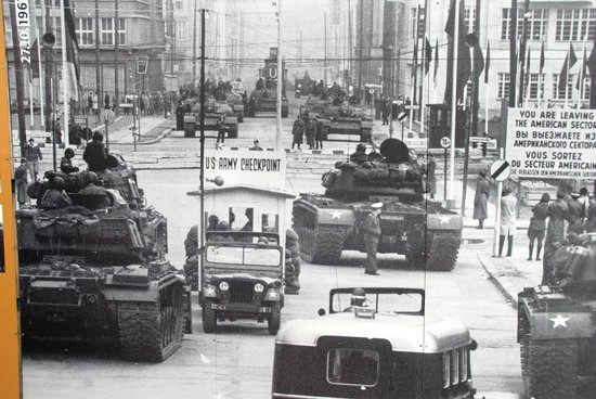 Mauermuseum - Museum Haus am Checkpoint Charlie: Tank encounter during the Cuba crisis in 1962