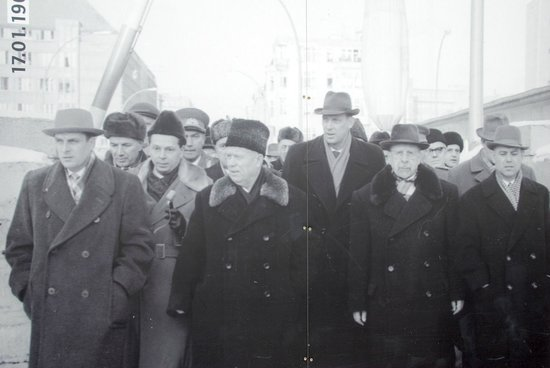 Mauermuseum - Museum Haus am Checkpoint Charlie: Russian leader Khrushchev together with East German leader Ulbricht at Checkpoint Charlie in 196