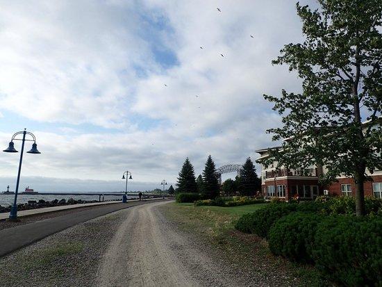 Hampton Inn Duluth: Back Side of the Hotel / LakeWalk