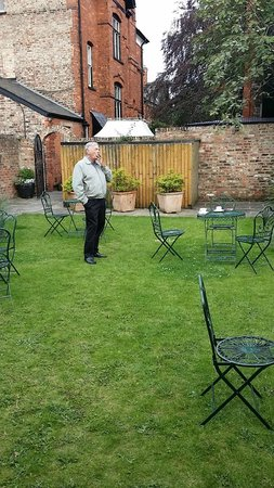 Marmadukes Town House Hotel: Garden courtyard in the back of the hotel