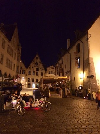 Tallinn Old Town: By night, agosto 2014