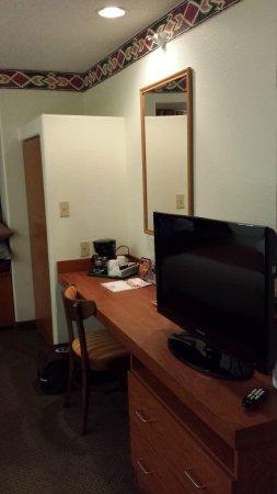 Microtel Inn & Suites by Wyndham Pueblo : TV, desk, and closet