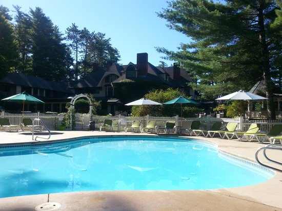 The Stonehurst Manor: Refreshing pool and jacuzzi