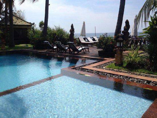 Villa Boreh Beach Resort and Spa Hotel: Piscine avec vue