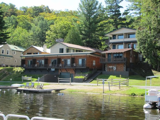 Pine Knoll Lodge & Cabins Inc: View from waterfront
