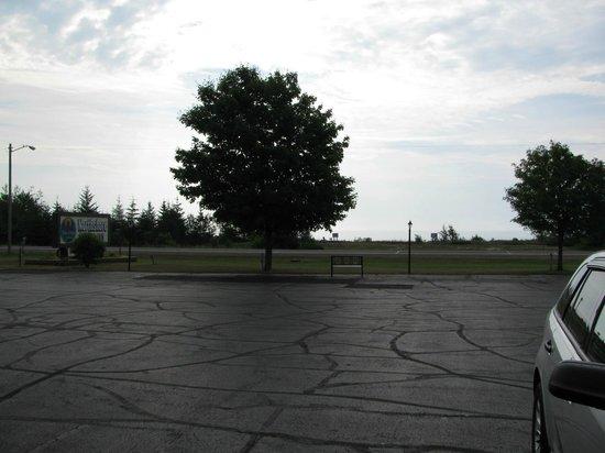 Northshore Motel : Lake Michigan across the street