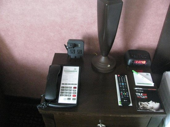 Holiday Inn Richmond I 64 West End: Guest Room Feature Charge Port Station