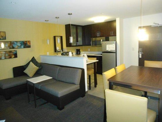 Residence Inn Denver Cherry Creek: Kitchen w/ sitting area & desk