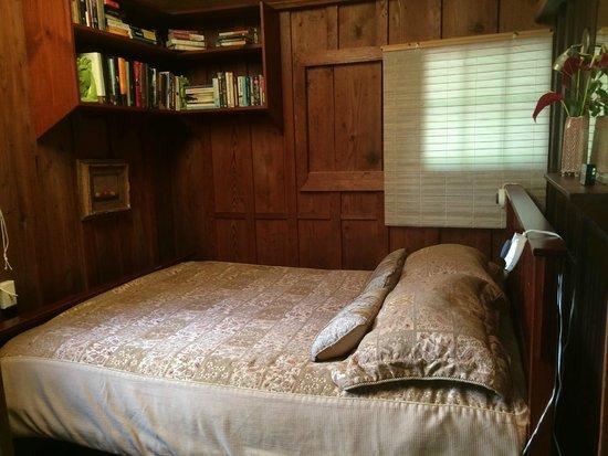 Volcano Garden Arts : Cabin bedroom - sleeps like a dream!