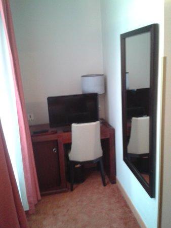 Hotel Edouard VI: coin bureau (le minibar est dedans)