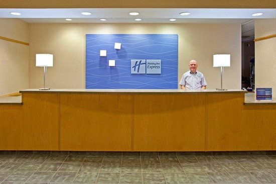 Holiday Inn Express Breezewood: Front Desk