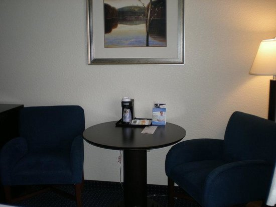 Holiday Inn Express New Buffalo: Double Bed Guest Room / activity table and chairs