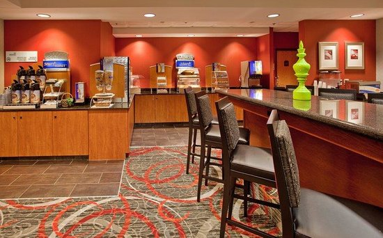 Holiday Inn Express Fremont: Cinnamon Rolls, Sausge, and Eggs. Need We Say More