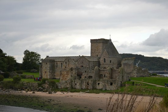 Inchcolm Abbey : View of the abbey from the walk