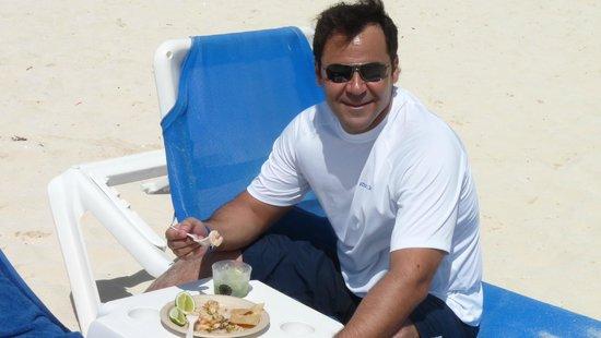 Sandos Playacar Beach Resort : Comiendo camarones en el mar