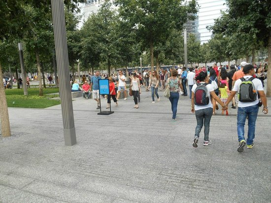 National September 11 Memorial und Museum: Gente paseando