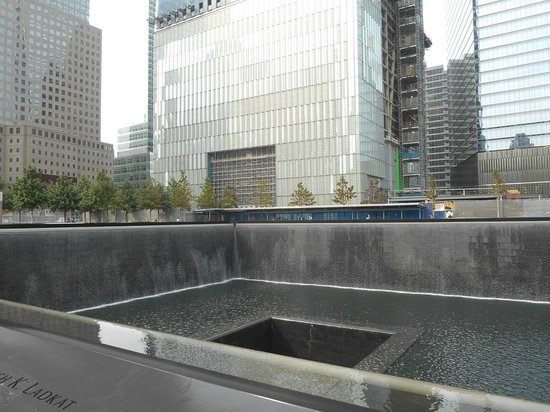 National September 11 Memorial und Museum: Vista desde el pileton