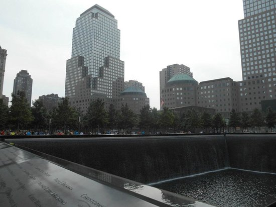 National September 11 Memorial und Museum: Vista desde piletones