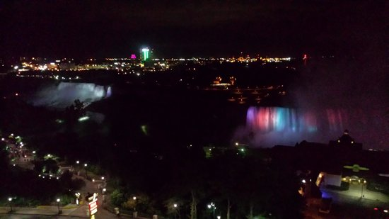 Embassy Suites by Hilton Niagara Falls Fallsview Hotel : Room with a view at night