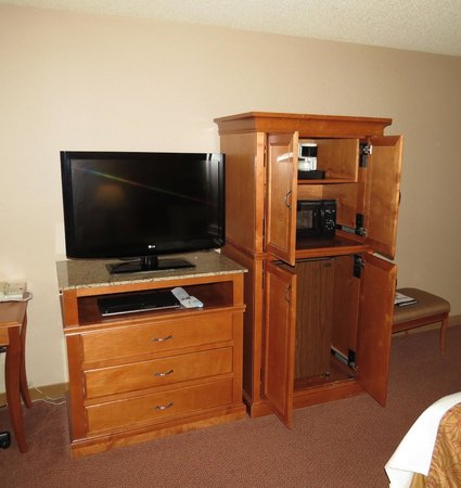 Best Western Plus Oak Harbor Hotel and Conference Center: TV / Microwave / Fridge