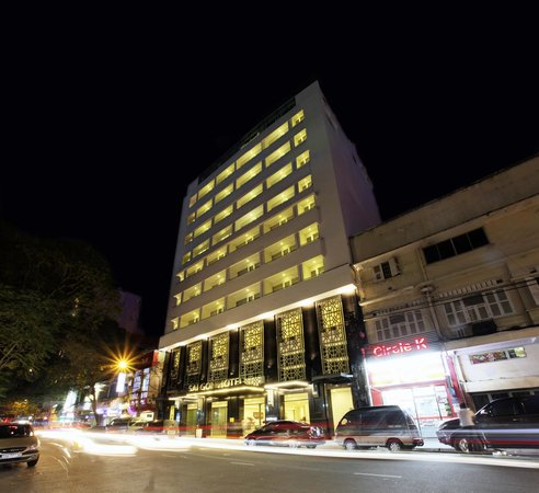 Saigon Hotel: Hotel Outside (night)