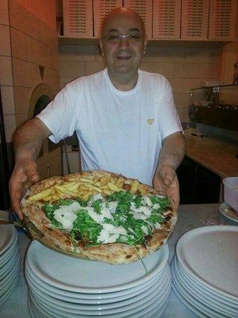 Ristorante al Bersagliere: Mariano e la sua pizza al tagliere...