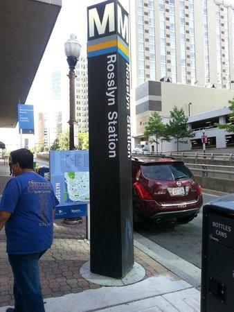 Le Meridien Arlington: Rosslyn Metro station entrance