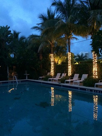 The Caribbean Court Boutique Hotel: Evening by the pool