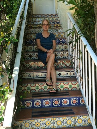 The Caribbean Court Boutique Hotel: Beautiful tiled steps leading to the piano bar.