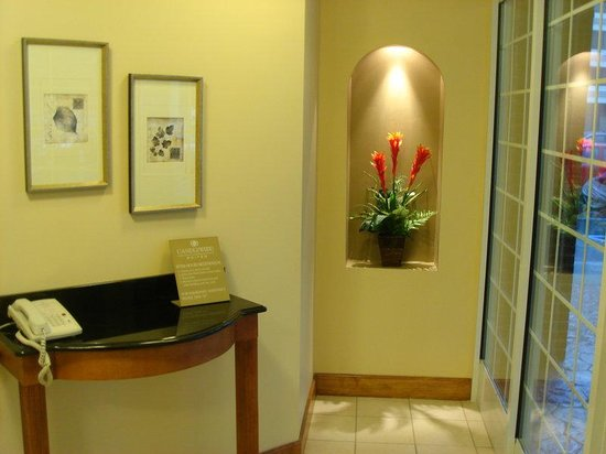 Candlewood Suites Virginia Beach / Norfolk: Lobby Entrance