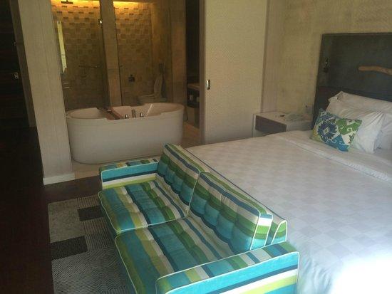 TS Suites Leisure Seminyak Bali: Bedroom / Bathroom