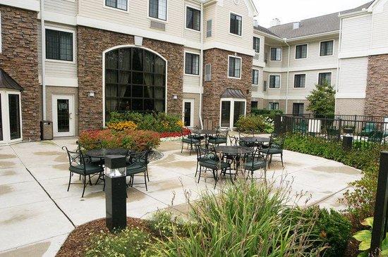 Staybridge Suites Detroit-Utica: Courtyard Patio Area