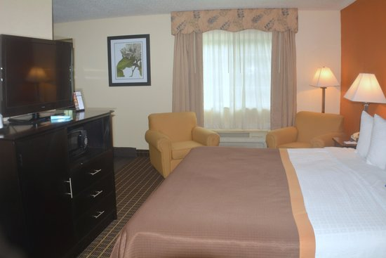 Baymont Inn & Suites Muskegon: 1 King Bed Suite with Whirlpool Tub